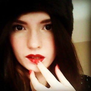 red_lips_brown_eyes